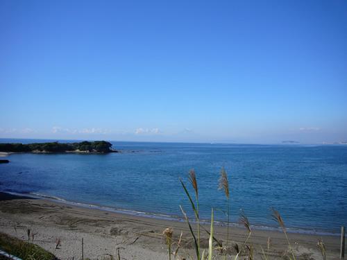 夏は海水浴客で賑わう。富士山や江ノ島が見えるスポット