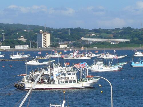 榊や神輿を積んだ船が小田和湾内を航行