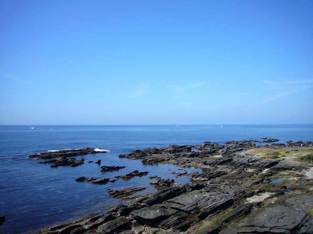 真っ青な空に青い海です